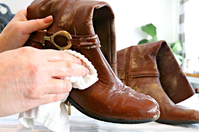 Making stains on moldy leather clothing and shoes disappear is simple.
